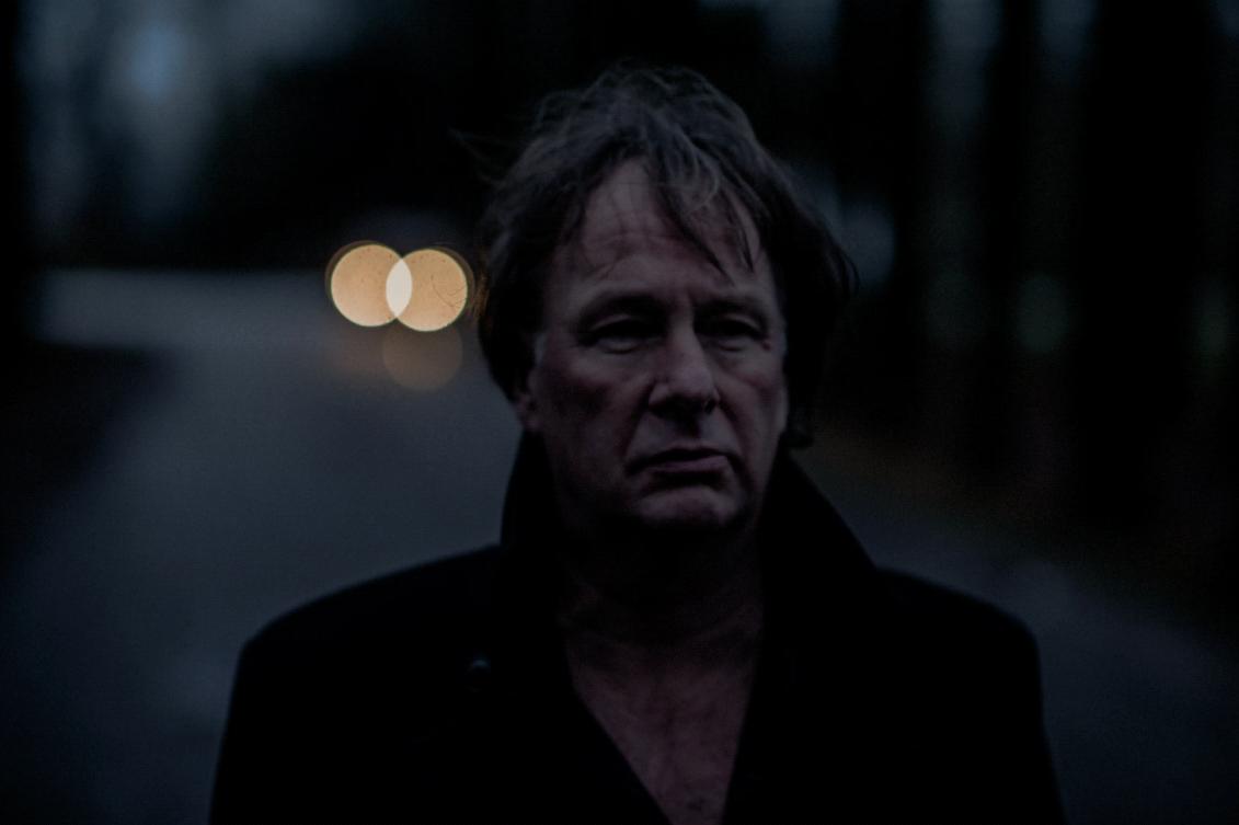 Ton Snijders is brengt het nummer Back+ uit met een statische video over zijn geluid.